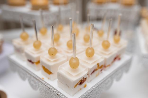 Mousse desserts mit trauben