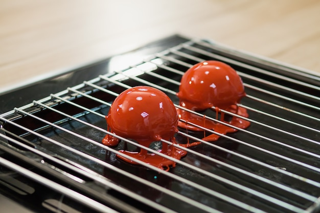 Mousse-gebäck, gelatine-dessert in bearbeitung, rote spiegelglasur