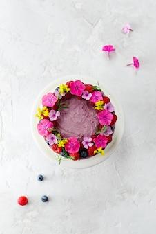 Mousse himbeer zitronenkuchen auf einer grauen oberfläche. zucker-, laktose- und glutenfrei. vertikale ausrichtung, draufsicht, flache lage.