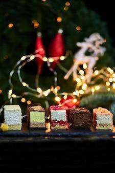 Mousse weihnachtsgebäck minikuchen dessert mit neujahrsdekorationen