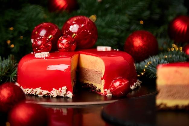 Mousse weihnachtsgebäckkuchen-dessert bedeckt mit roter spiegelglasur