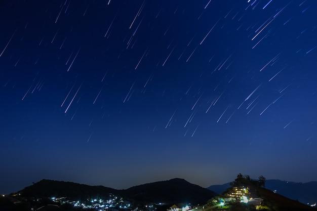 Moutain auf einem hintergrund des sternenhimmels.