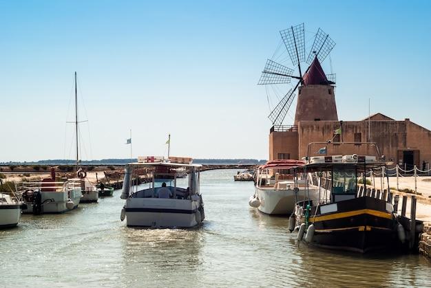 Mozia-salinen und eine alte windmühle in marsala, sizilien