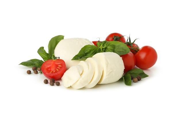 Mozzarella-käse, pfeffer, tomate und basilikum lokalisiert auf weißem hintergrund