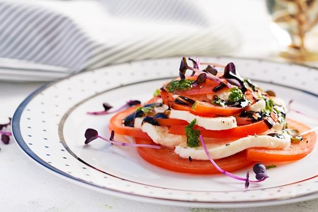 Mozzarella-käse, tomaten und basilikum-pesto auf teller