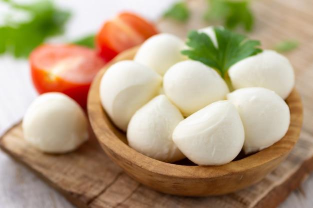 Mozzarella-käsebällchen auf holzteller