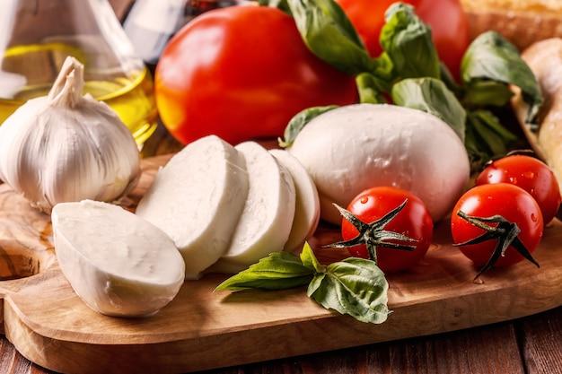 Mozzarella, tomaten, knoblauch und basilikum.