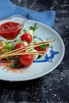 Mozzarella-tomaten-salat - caprese auf dem teller