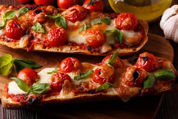 Mozzarella und kirschtomaten auf einem baguette