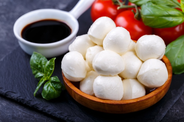 Mozzarellakäse, basilikum und tomate