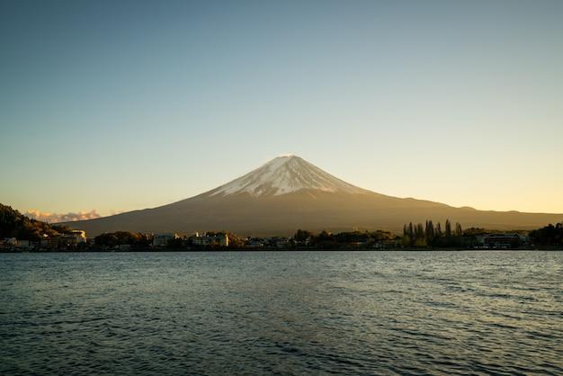 Mt. fuji in der dämmerung des sonnenuntergangs