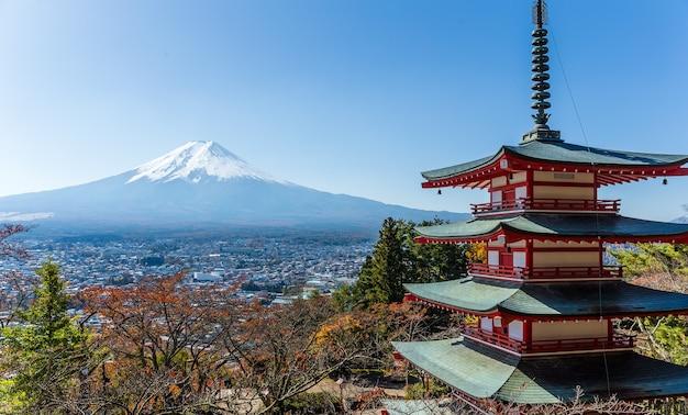 Mt. fuji mit chureito-pagode im herbst