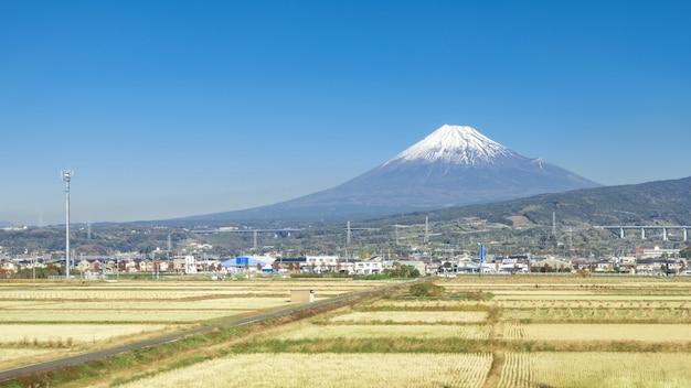 Mt fuji mit feld des blauen himmels und des reises, japan