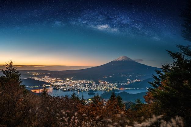 Mt. fuji mit herbstlaub und milchstraße bei sonnenaufgang in fujikawaguchiko, japan.