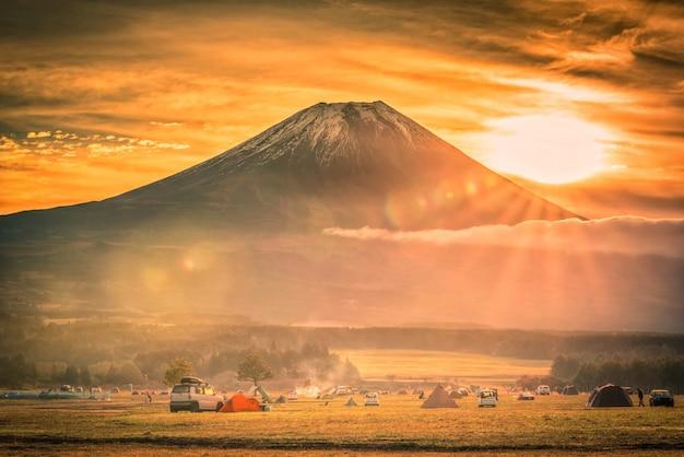 Mt. fuji mit kampierendem boden fumotopara bei sonnenaufgang in fujinomiya, japan.