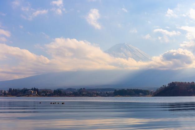 Mt. fuji und lake kawaguchi in yamanashi, japan