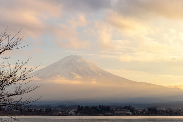 Mt. fuji und see kawaguchi im sonnenuntergang bei yamanashi, japan