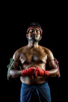 Muai thai boxer mann trainings. studioaufnahme auf schwarz