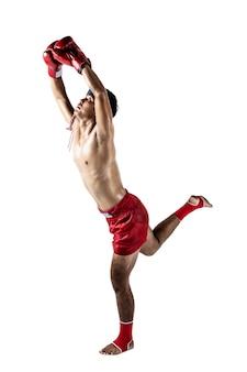 Muay thai, asiatischer mann, der thailändisches boxen trainiert, isoliert auf weißem hintergrund