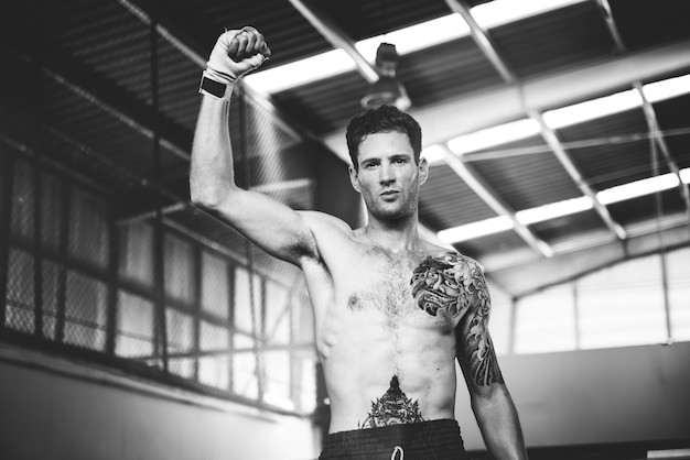 Muay thai boxer in der turnhalle