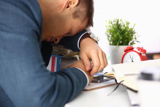 Müde büroangestellte im anzug machen ein nickerchen