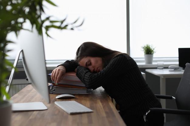 Müde frau im büro