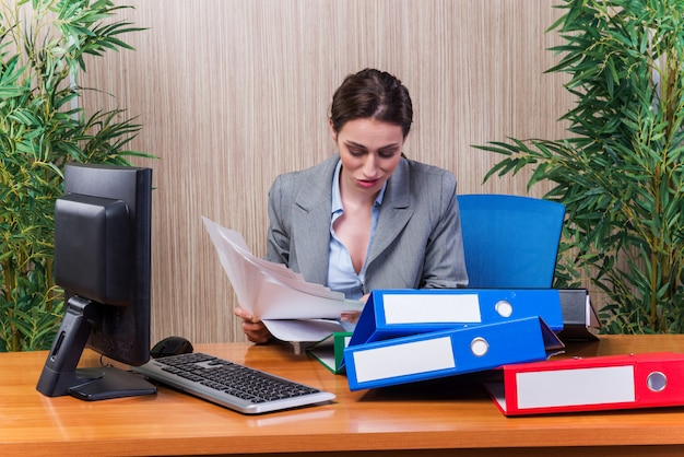Müde frau mit zu viel arbeit gestresst