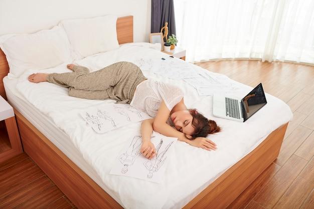Müde frau schläft
