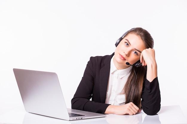 Müde geschäftsfrau im callcenter, die am tisch sitzt, oder es ist ein fehler. auf weiß isoliert.