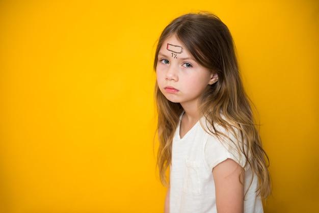 Müde kindermädchen mit low-charge-symbol, stress und müdigkeit konzept