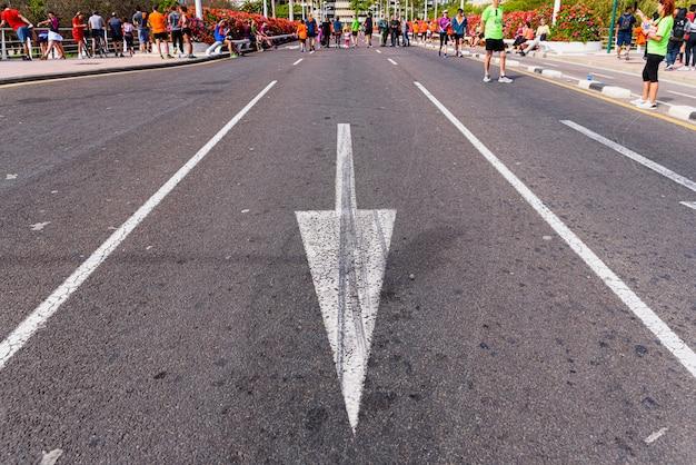 Müde läufer kehren nach einem rennen durch die straßen von valencia nach hause zurück.
