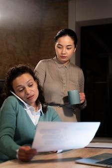 Müde leute, die spät in ihrem büro arbeiten