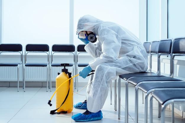 Müde medizinische ordonnanz in einem biohazard-anzug. foto mit einem kopierraum.