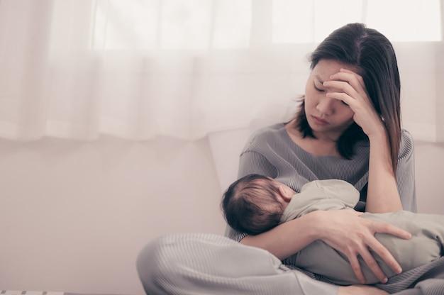 Müde mutter leidet unter postnatalen depressionen. gesundheitspflege alleinerziehende mutter mutterschaft stressig.
