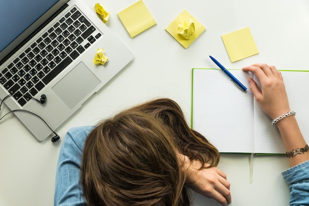 Müde person zu hause büro schreibtisch draufsicht