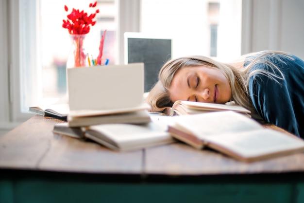 Müde schläfrige frau