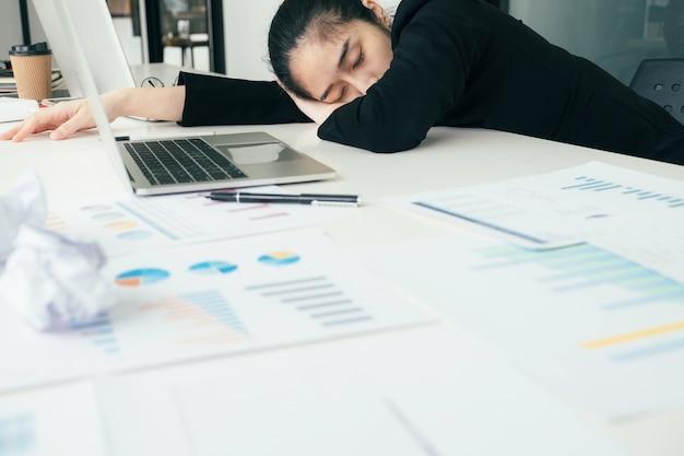 Müde, überarbeitete geschäftsfrau
