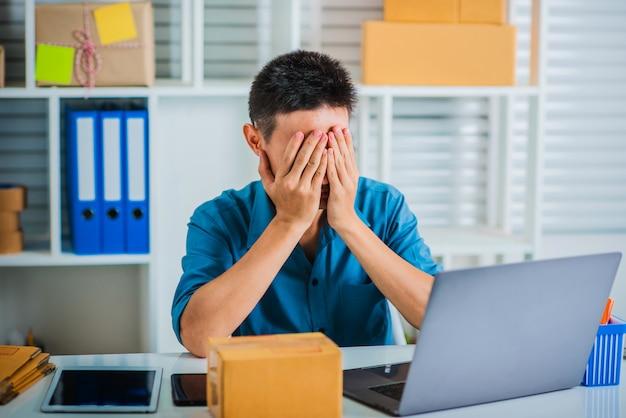 Müde vom geschäftsmann, der unglücklich und stress fühlt.