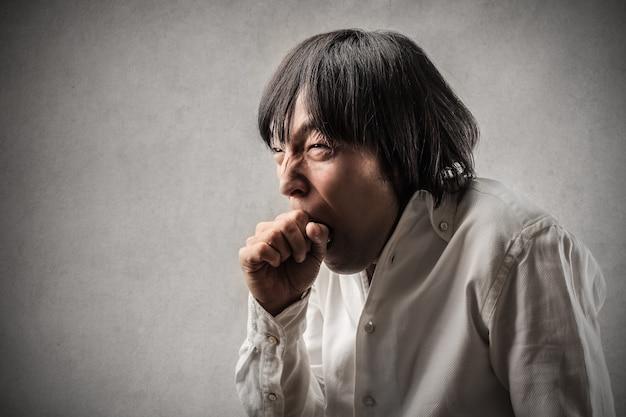 Müder gähnender asiatischer mann