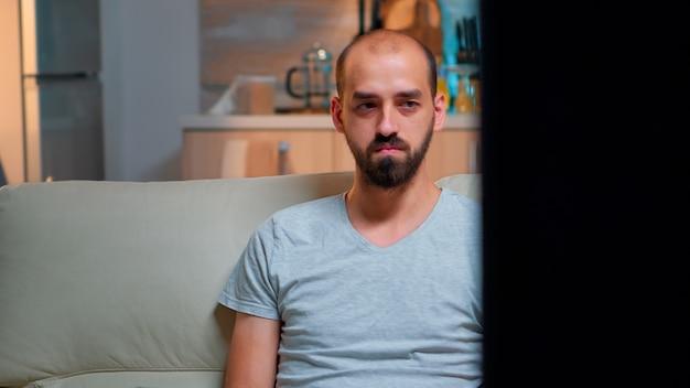 Müder mann, der an einem projekt für die internetkommunikation mit laptop arbeitet