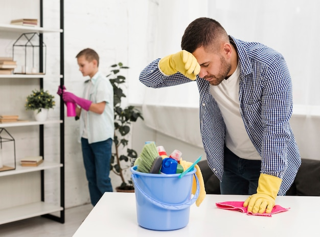 Müder mann nach der reinigung des hauses