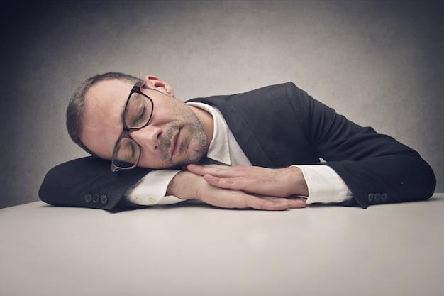 Müder schläfriger geschäftsmann