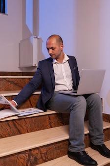 Müder überarbeiteter geschäftsmann, der an der deadline arbeitet, überstunden machen bis spät in die nacht unternehmer, der spät arbeitet...