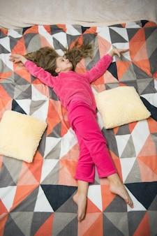 Müdes baby entspannende pyjamas und kleidung für zu hause pyjamas und schlafzimmertextilien kind genießt die freizeit
