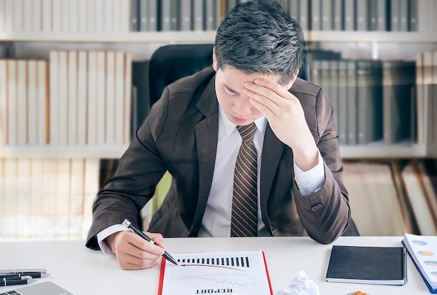 Müdes frustriertes junges businesssman gefühl betont