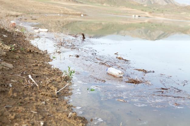 Müll auf dem see während des tages