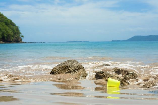 Müll einen plastikbecher am strand recycling