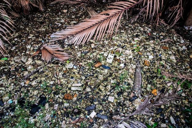 Müll im fluss zerstört die umwelt. konzept zum weltumwelttag.