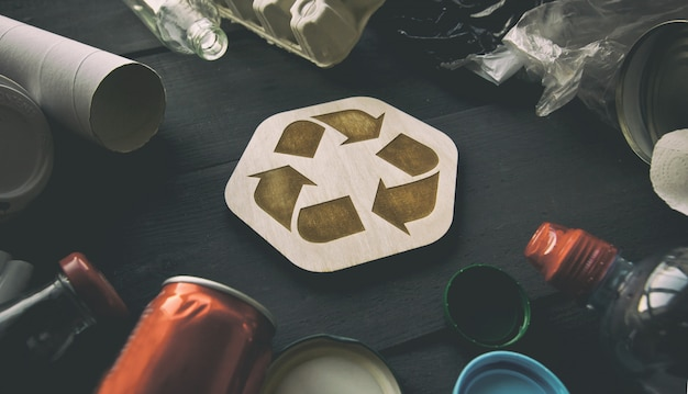 Müll und das recycling-symbol auf einem schwarzen hintergrund