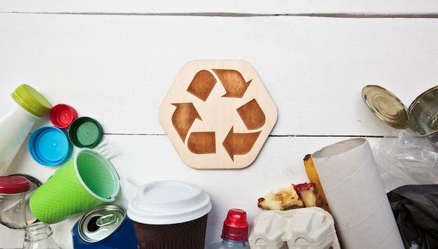 Müll und das recycling-symbol auf einem weißen hintergrund
